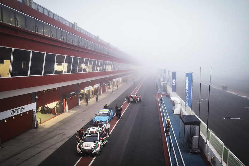 Niebla cubre el circuito