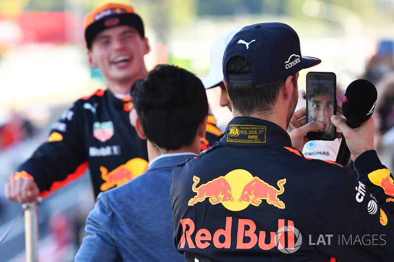 10. Daniel Ricciardo, Red Bull Racing comemora com o celular de Lewis Hamilton no pódio