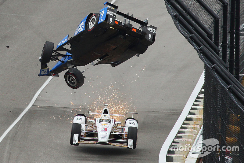 Scott Dixon, Chip Ganassi Racing Honda crashes, Helio Castroneves, Team Penske Chevrolet passes