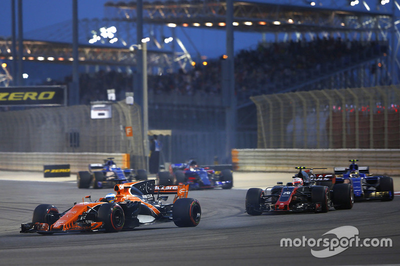 Fernando Alonso, McLaren MCL32, delante de Kevin Magnussen, Haas F1 Team VF-17, y Pascal Wehrlein, Sauber C36-Ferrari