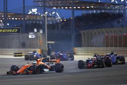 Fernando Alonso, McLaren MCL32, leads Kevin Magnussen, Haas F1 Team VF-17, Pascal Wehrlein, Sauber C36-Ferrari