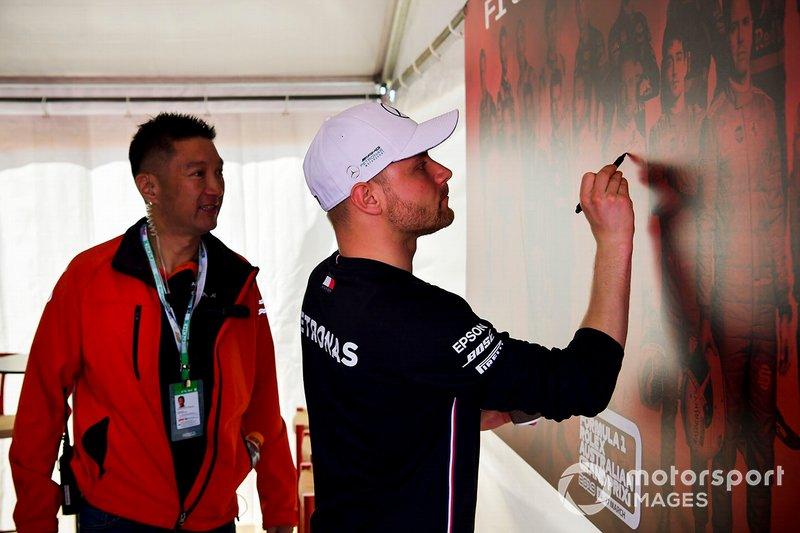 Valtteri Bottas, Mercedes AMG F1, firma la parete del GP d'Australia