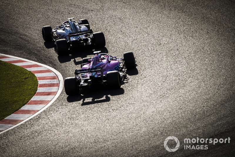 Romain Grosjean, Haas F1 Team VF-18, y Sergio Perez, Racing Point Force India VJM11
