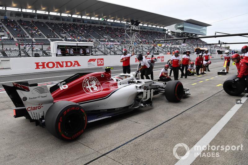 10. Charles Leclerc, Sauber C37 pit stop