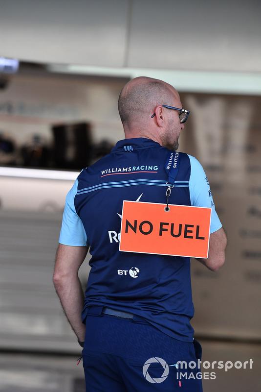 """Un meccanico Williams Racing con il cartello """"no fuel"""""""