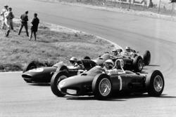 Phil Hill, Ferrari Dino 156, au large dans Tarzan alors que Trevor Taylor, Lotus 24-Climax, Ricardo Rodriguez, Ferrari Dino 156, et Jack Brabham, Lotus 24-Climax, sont à l'intérieur