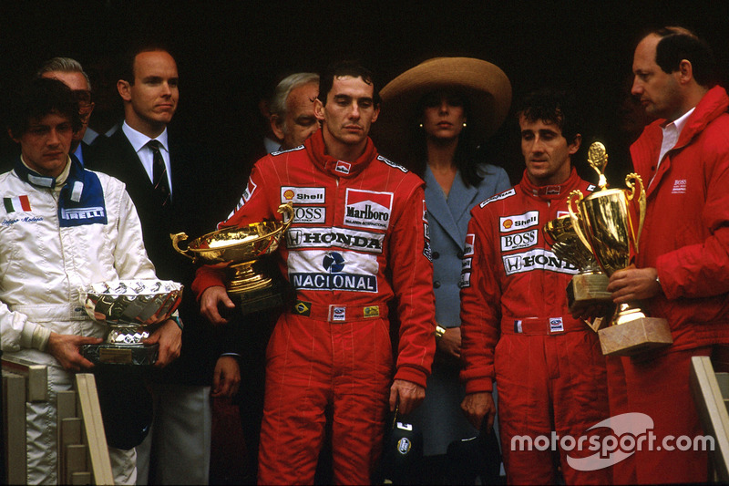 Pemenang balapan, Ayrton Senna, McLaren Honda; peringkat kedua, Alain Prost, McLaren Honda; peringkat ketiga, Stefano Modena, Brabham BT58 Judd, berdiri di podium bersama bos tim McLaren, Ron Dennis.