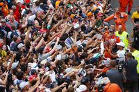 Lewis Hamilton, Mercedes AMG F1, firma de autógrafos para los aficionados