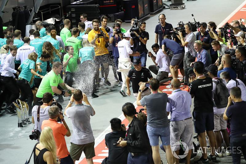 Race winner Lewis Hamilton, Mercedes AMG F1, third place Valtteri Bottas, Mercedes AMG F1 celebrate with the team