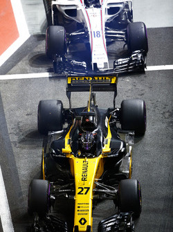 Nico Hulkenberg, Renault Sport F1 Team RS17, Lance Stroll, Williams FW40, in the pit lane
