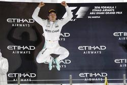 Podio: segundo lugar y nuevo campeón mundial Nico Rosberg, Mercedes AMG F1