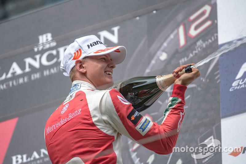 Podio de novato: segundo lugar Mick Schumacher, Prema Powerteam, Dallara F317 - Mercedes-Benz