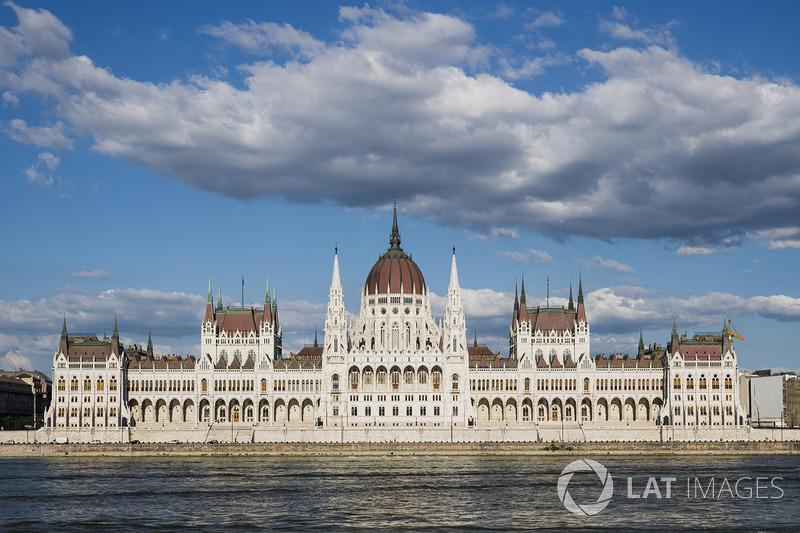 Вид на будівлю Угорського парламенту