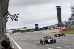 Bandera a cuadros para Jake Hughes, Hitech Grand Prix, Dallara F317 - Mercedes-Benz