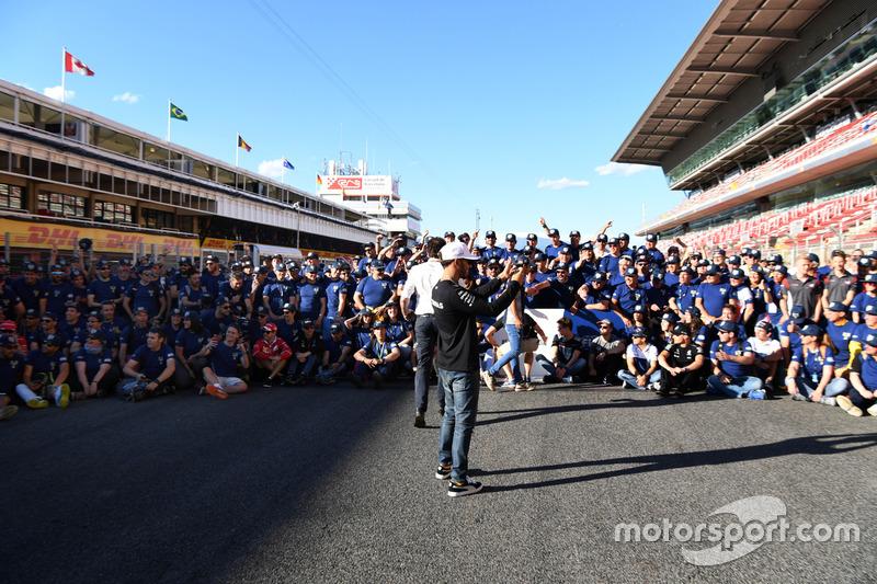Гонщик Mercedes AMG F1 Льюис Хэмилтон и волонтеры FIA