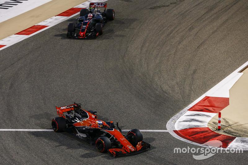 Fernando Alonso, McLaren MCL32, Kevin Magnussen, Haas F1 Team VF-17
