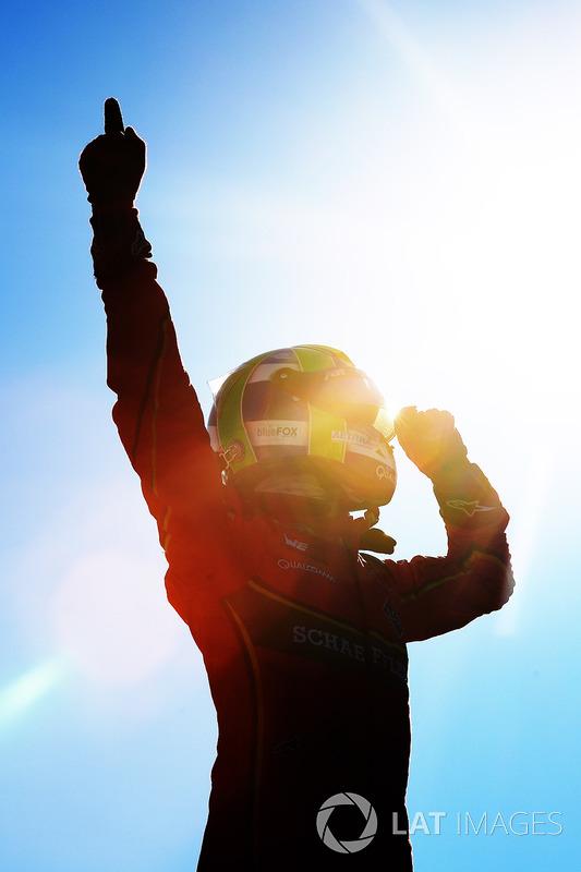 Lucas di Grassi, ABT Schaeffler Audi Sport, celebra después de ganar la carrera