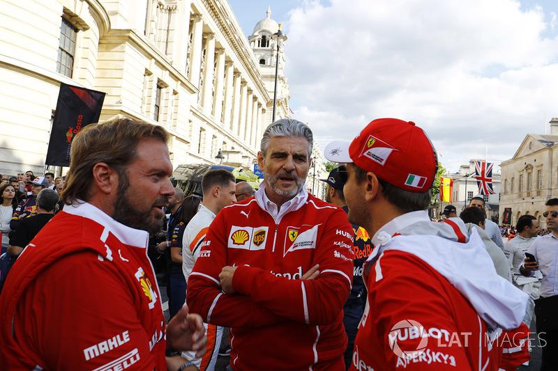 Maurizio Arrivabene, director del equipo, Ferrari, Sebastian Vettel, Ferrari