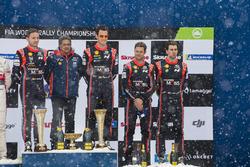 Подиум: победители Тьерри Невилль и Николя Жильсуль, третье место – Андреас Миккельсен и Андерс Егер, Hyundai Motorsport, руководитель команды Мишель Нандан