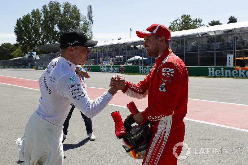 Valtteri Bottas, Mercedes AMG F1, si congratula con Sebastian Vettel, Ferrari