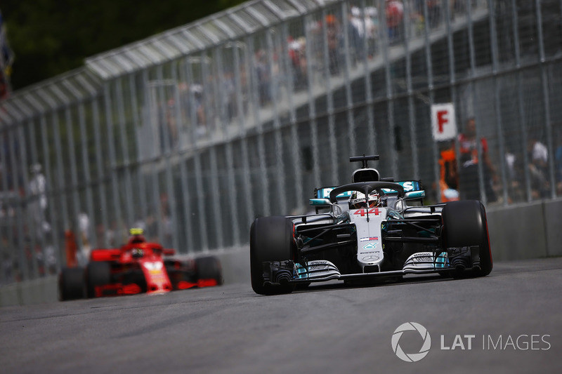 Lewis Hamilton, Mercedes AMG F1 W09, devant Kimi Raikkonen, Ferrari SF71H