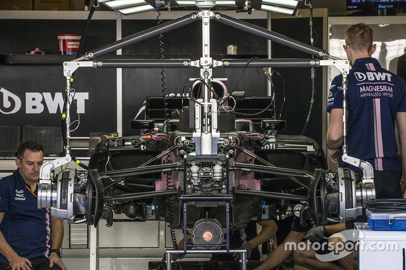 La Sahara Force India VJM10 dans son garage