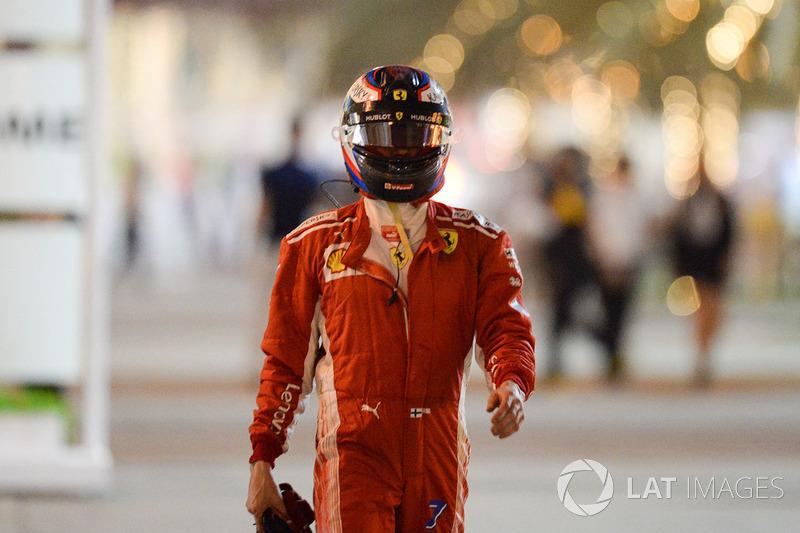 Kimi Raikkonen, Ferrari camina después de detenerse en la pista