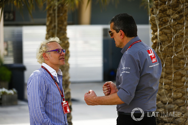 Guenther Steiner, Team Principal, Haas F1, talks to Jacques Villeneuve