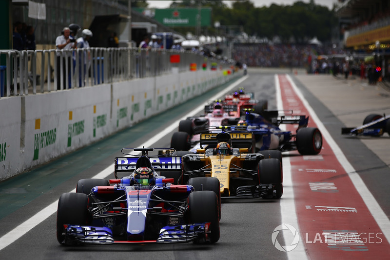Nico Hulkenberg, Renault Sport F1 Team RS17, Brendon Hartley, Scuderia Toro Rosso STR12, Carlos Sainz Jr., Renault Sport F1 Team RS17, Marcus Ericsson, Sauber C36, Esteban Ocon, Sahara Force India F1 VJM10, queue to leave the pits at the start of Qualifying