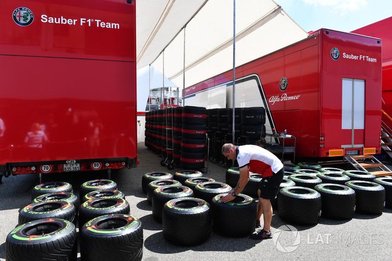 Un meccanico Sauber con degli pneumatici Pirelli