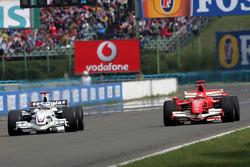 Nick Heidfeld, BMW Sauber F1.06 en Michael Schumacher, Ferrari 248 F1