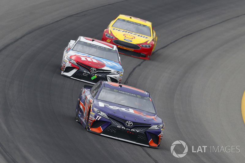 Denny Hamlin, Joe Gibbs Racing, Toyota Camry FedEx Freight e Kyle Busch, Joe Gibbs Racing, Toyota Camry M&M's Red White & Blue