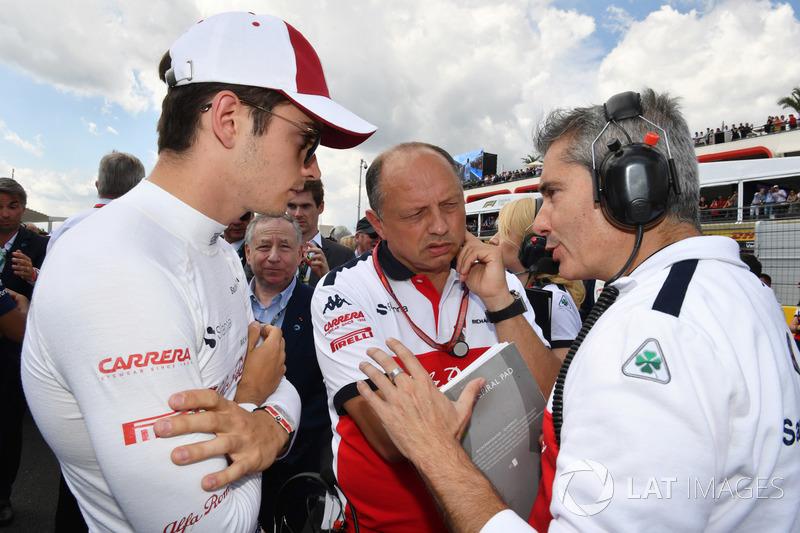 Charles Leclerc, Sauber, Frederic Vasseur, Sauber, Team Principal e Xevi Pujolar, Capo dell'ingegneria in pista Sauber, in griglia