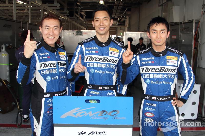 #24 スリーボンド日産自動車大学校GT-Rの内田優大(左)、藤井誠暢(中央)、平峰一貴(右)
