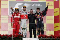 Podio: Fernando Alonso, Ferrari, segundo; Jenson Button, McLaren, ganador de la carrera; Paddy Lowe, Director Técnico de McLaren; Sebastian Vettel, Red Bull Racing, tercero y campeón del mundo