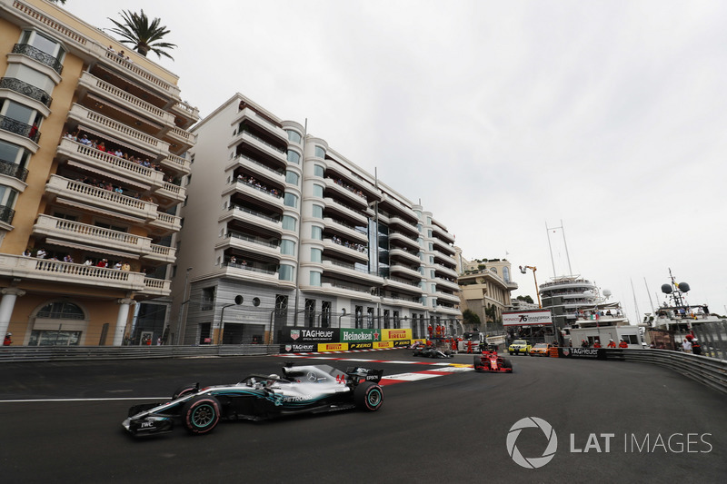 Lewis Hamilton, Mercedes AMG F1 W09, precede Sebastian Vettel, Ferrari SF71H e Valtteri Bottas, Mercedes AMG F1 W09