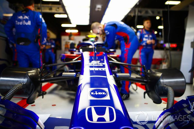 Los ingenieros trabajan en el automóvil de Pierre Gasly, Toro Rosso STR13