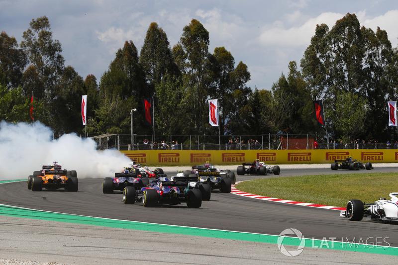 Romain Grosjean, Haas F1 Team VF-18, melintir di tengah trek dan tertabrak Nico Hulkenberg, Renault Sport F1 Team R.S. 18, dan Pierre Gasly, Toro Rosso STR13