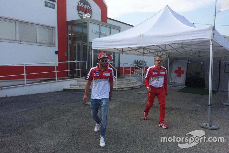 Andrea Iannone, Ducati Team, fuori dal centro medico