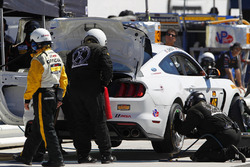 #15 Multimatic Motorsports Ford Shelby GT350R-C: Scott Maxwell, Billy Johnson, pit action