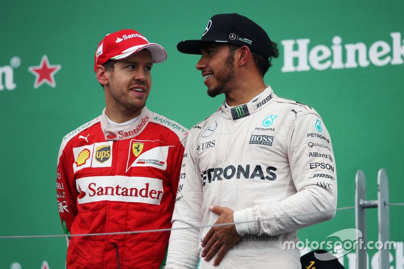 Себастьян Феттель, Ferrari разом з переможцем Льюісом Хемілтоном, Mercedes AMG F1 на подіумі