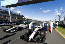 Williams engineers prepare the car of Sergey Sirotkin, Williams FW41 Mercedes, on the grid as Charles Leclerc, Sauber C37 Ferrari, takes his position