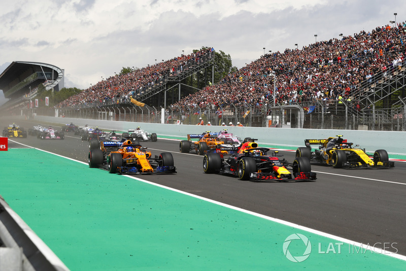 Daniel Ricciardo, Red Bull Racing RB14, Fernando Alonso, McLaren MCL33 and Carlos Sainz Jr., Renault Sport F1 Team R.S. 18. at the start