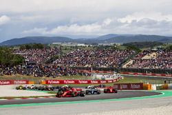 Sebastian Vettel, Ferrari SF71H, Valtteri Bottas, Mercedes AMG F1 W09, Kimi Raikkonen, Ferrari SF71H, Max Verstappen, Red Bull Racing RB14, Daniel Ricciardo, Red Bull Racing RB14, the remainder of the field at the start of the race