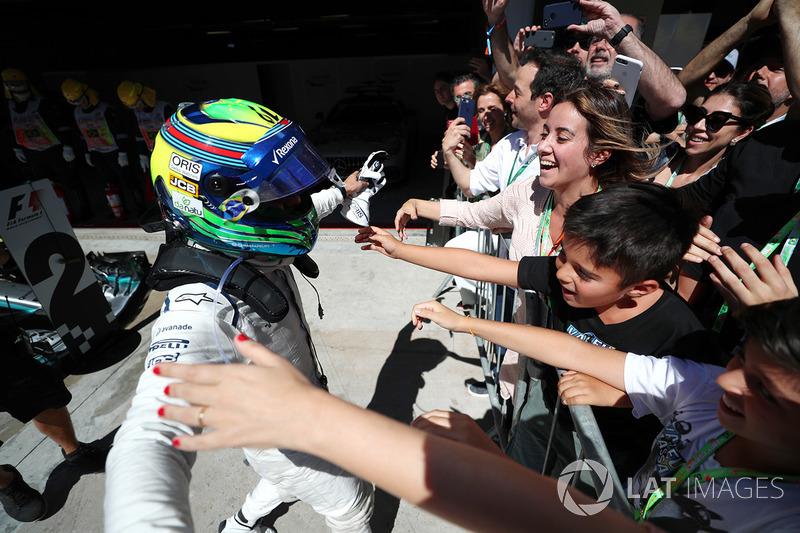 A família do piloto o abraçou como se ele tivesse vencido a corrida