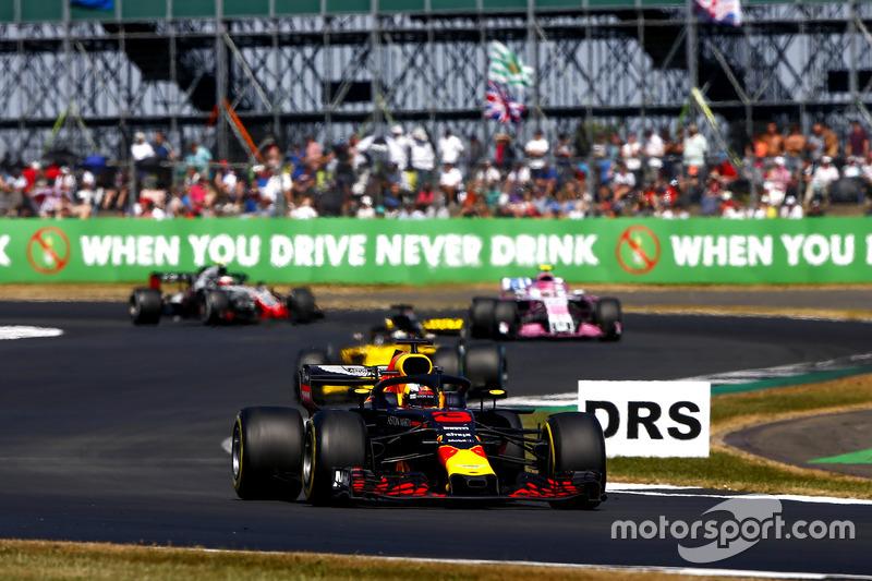 Daniel Ricciardo, Red Bull Racing RB14, y Nico Hulkenberg, Renault Sport F1 Team R.S. 18