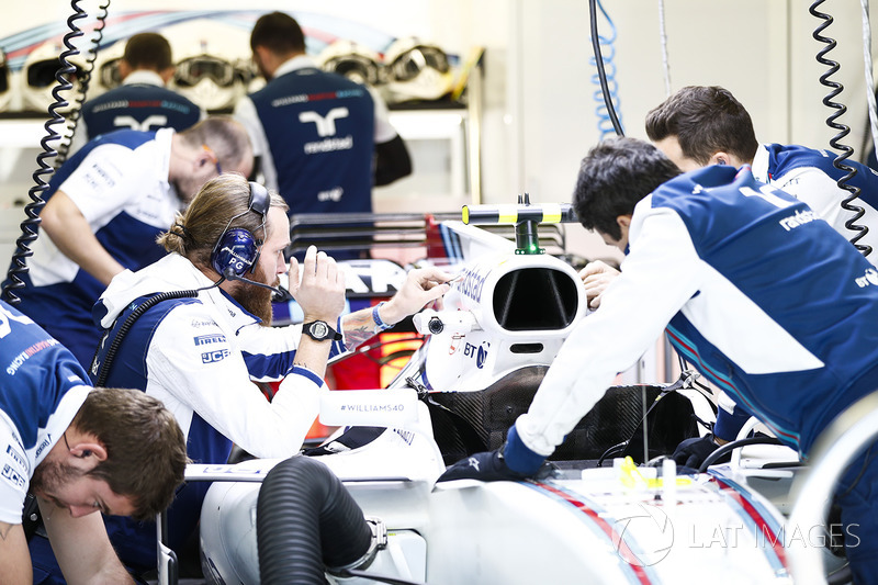 Los ingenieros trabajan en el coche de Lance Stroll, FW40 Williams, en el garaje de Williams