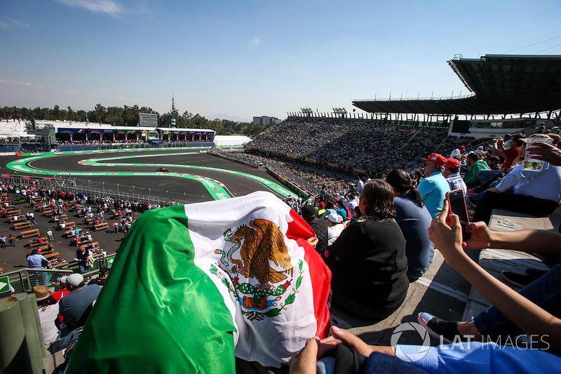 Fans  en las tribunas ven a Daniel Ricciardo, Red Bull Racing RB13