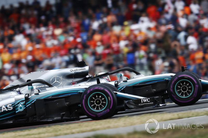 Lewis Hamilton, Mercedes AMG F1 W09, and Valtteri Bottas, Mercedes AMG F1 W09, celebran la victoria