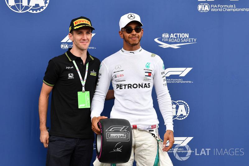 Ganador de la pole Lewis Hamilton, Mercedes-AMG F1 con el trofeo de la pole de Pirelli